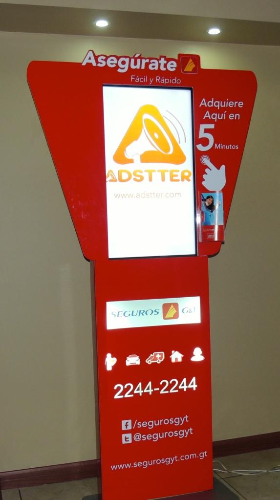 Pantalla Skiosk con plataforma de Adstter que permite la comercialización de productos bancarios.